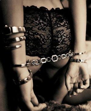 Секс с наручниками