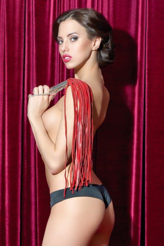 Кожаная плеть с металлической ручкой и цепочкой 70 см TOYFA Theatre – красный